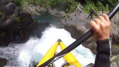 Kayak pour pagayer dans des rapides en eau-vive et sauter des chutes dans la Rivière Langevin et dans l'Est.