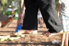 Slackline en équilibre sur une sangle tendue entre deux cocotiers sur la plage de Grande Anse ou de l'Étang Salé.